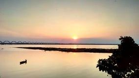 Rio de VThe no por do sol imagem de stock