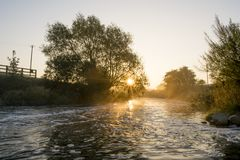 Rio Dearne de Misty Morning Sunrise Over The fotos de stock