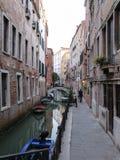 Rio di San Cassiano Canal avec des bateaux et de vieilles maisons médiévales à Venise photos libres de droits