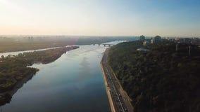 Rio do arco, do Dnipro da amizade do ` s dos povos de Kiev Kiyv Ucrânia e ponte de Parkivyi rotação circular da câmera aéreo video estoque