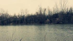 Rio do banco alto em um dia cinzento filme