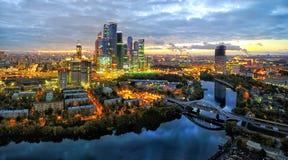 Rio do distrito da cidade de Moscou e da Moscou no crepúsculo Foto de Stock Royalty Free