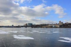 Rio do inverno coberto com o gelo fotos de stock