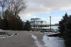 Rio do inverno coberto com o gelo com o céu nebuloso azul foto de stock royalty free