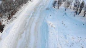Rio do inverno coberto com o gelo video estoque