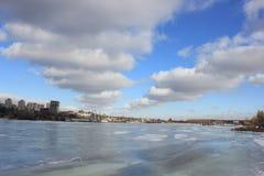 Rio do inverno com nuvens bonitas imagens de stock