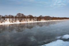 Rio do inverno no por do sol Imagens de Stock