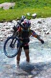 Rio do motociclista e da montanha Fotos de Stock