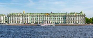 Rio do pal?cio e do Neva do inverno do museu de eremit?rio, St Petersburg, R?ssia foto de stock