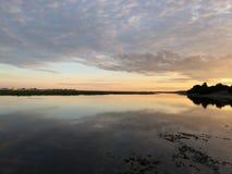 Rio do por do sol com céus claros fotografia de stock royalty free