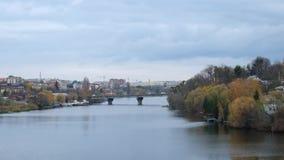 00:03 | rio do sul do erro do 00:35 1Ã- e uma vista da ponte velha da cidade no final do período do outono video estoque