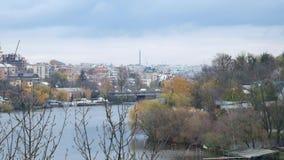 Rio do sul do erro e uma vista da ponte velha da cidade no final do período do outono filme