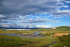 Rio do verão sob o céu azul fotografia de stock