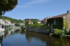 Rio Dronne que passa através da vila de BrantÃ'me, França foto de stock royalty free