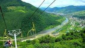 Rio e aldeias da montanha de Rika do elevador de esqui na montanha de Makovytsia, Ucrânia video estoque