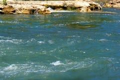 Rio e banco de rio em um dia ensolarado Foto de Stock