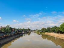 Rio e céu azul Fotos de Stock Royalty Free