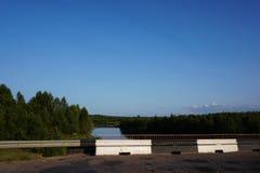 Rio e céu da floresta no norte de Rússia Fotos de Stock