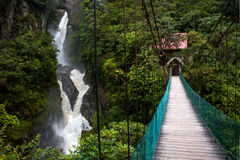 Rio e cachoeira da montanha nos Andes Foto de Stock