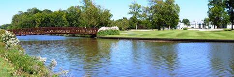 Rio e campo de golfe Imagem de Stock Royalty Free