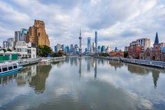 Rio e construções modernas contra o céu em Shanghai Foto de Stock Royalty Free
