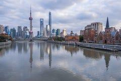 Rio e construções modernas contra o céu em Shanghai Fotografia de Stock Royalty Free
