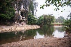 Rio e gruta na floresta tropical do santuário de Khao Sok, Thail Fotografia de Stock Royalty Free