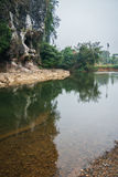 Rio e gruta na floresta tropical do santuário de Khao Sok, Thail Fotografia de Stock
