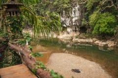 Rio e gruta na floresta tropical do santuário de Khao Sok, Thail Imagens de Stock Royalty Free