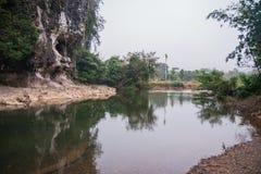 Rio e gruta na floresta tropical do santuário de Khao Sok, Thail Imagem de Stock Royalty Free