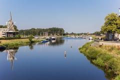 Rio e moinho de vento de Vecht em Ommen imagens de stock royalty free