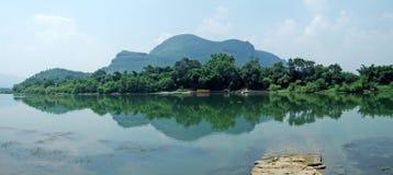 Rio e montanha Fotografia de Stock Royalty Free