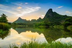 Rio e montanha da paisagem Fotos de Stock Royalty Free