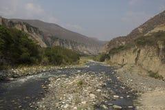 Rio e montanhas Fotos de Stock
