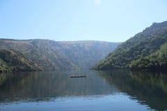 Rio e montanhas Foto de Stock