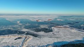 Rio e ponte congelados largos com uma vista aérea vídeos de arquivo