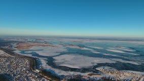 Rio e ponte congelados largos com uma vista aérea filme
