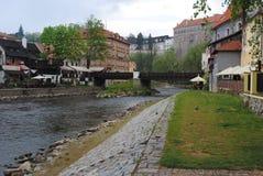 Rio e ponte em Cesky Krumlov Fotos de Stock