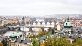 Rio e pontes em Praga imagens de stock