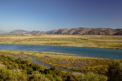 Rio em Albânia em um dia ensolarado perto da fortaleza de Butrint imagens de stock royalty free