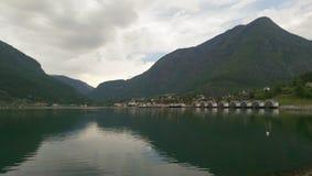 Rio em fiordes de Noruega foto de stock