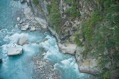 Rio em montanhas dos Himalayas do vale Fotografia de Stock