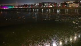 Rio em uma noite do inverno, Moscou de Moskva, Rússia video estoque