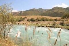 Rio encantador nas montanhas de Quirguizistão imagem de stock