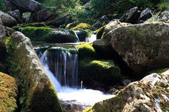 Rio entre as rochas Fotografia de Stock