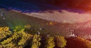 Rio fresco e limpo excedente de trajetória aérea meados de da montanha na manhã ensolarada do verão Movimento vertical video estoque
