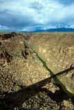 Rio Grande Gorge avec une longue ombre de son pont photo stock