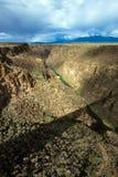 Rio Grande Gorge avec une longue ombre de son pont photo libre de droits