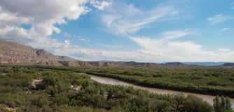 Rio Grande River marca a beira entre o Estados Unidos e o México imagens de stock royalty free