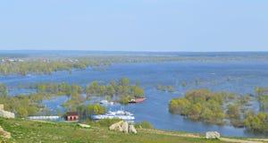 Rio inundado na mola fotos de stock